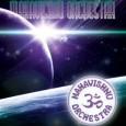 """Recenzja DVD Mahavishnu Orchestra – Live In France 1972 (Headliner, 2011)  Zamiast tradycyjnej minuty ciszy jest minuta dodatkowego strojenia się. Dalej już klasycznie, począwszy od potężnego """"Meeting of the […]"""