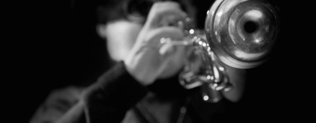 Magazyn Lizard ma przyjemność objąć patronatem historyczne wydarzenie— dobiegła końca sesja nagraniowa albumu dedykowanego pamięci Andrzeja Przybielskiego. Z inicjatywy Macieja Fortuny spotkało się sześciu wybitnych trębaczy (Wojciech Jachna, Piotr Schmidt, […]