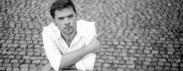 Michał Szczerbiec – wokalista, gitarzysta, kompozytor, aktor telewizyjny i teatralny jest autorem wielu kompozycji instrumentalnych publikowanych m.in. w książce z płytą CD – WOJNY GITAROWE 2009 i 2011 wydawnictwa ABSONIC. […]