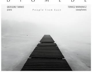 """W dniu 25.10.2017 roku miała miejsce premiera debiutanckiej płyty duetu Diomede, zatytułowana """"People From East"""". Duet tworzą pianista Grzegorz Tarwid i saksofonista Tomasz Markanicz. Ich debiut to muzyczna podróż za […]"""